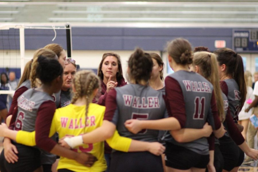 Coach+Jordan+Williams+directs+the+Waller+Bulldogs+during+the+past+volleyball+season.